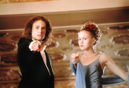 Julia Stiles a Heath Ledger ve filmu Deset důvodů, proč tě nenávidím (1999)