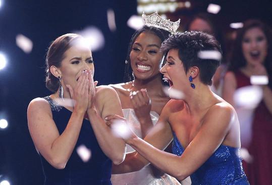 Camille Schrier s finalistkou Victorií Hill (vpravo) a Miss America 2019 Niou Franklin