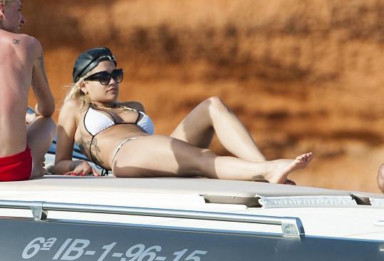 Rita Ora odjela na Ibizu.