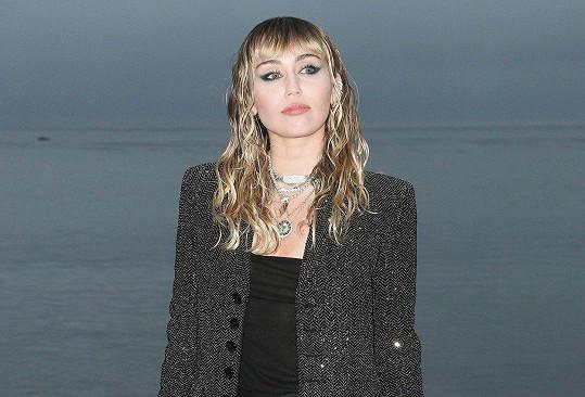 Miley Cyrus je vdaná, ale stále ji přitahují i ženy.