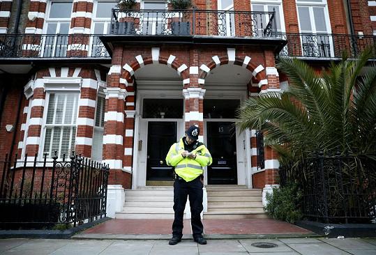 Policista před domem, kde bylo nalezeno tělo Tary Palmer-Tomkinson.