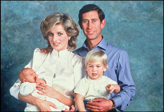 Šikanu manželky přirovnal ke tlaku, kterému musela čelit jeho tragicky zesnulá matka Diana. Na snímku Diana, Charles a malý William s Harrym