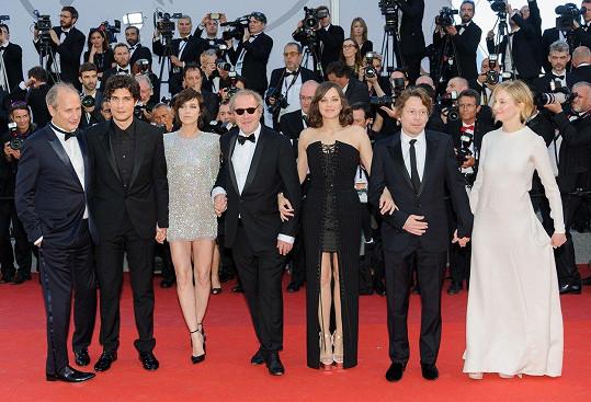 Marion Cotillard jako členka delegace, která loni s filmem Ismaelovy přízraky zahájila festival v Cannes.