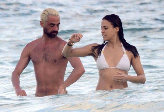 Ví někdo, kde Michelle Rodriguez končí chlupy a kde začínají vlasy?