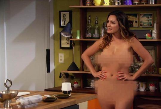 Kelly před kamerou odložila podprsenku i kalhotky.