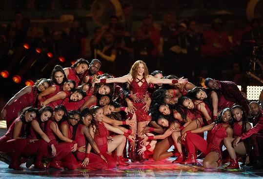 Show zahájila Shakira se svými tanečníky.
