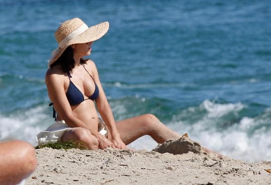 Jenna odhalila své rostoucí bříško na pláži.