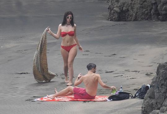 I když sluníčko nesvítí, Lorde klidně vyrazí na pláž.
