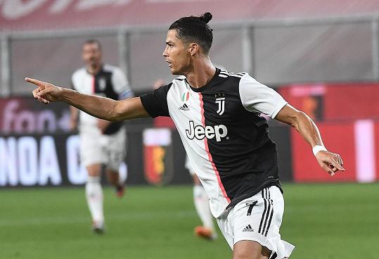 Cristiano Ronaldo nyní musí vlasy svazovat do culíku
