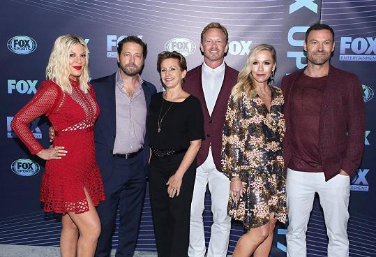 Beverly Hills 90210 se vrací. Zleva Tori Spelling, Jason Priestley, Gabrielle Carteris, Ian Ziering, Jennie Garth a Brian Austin Green