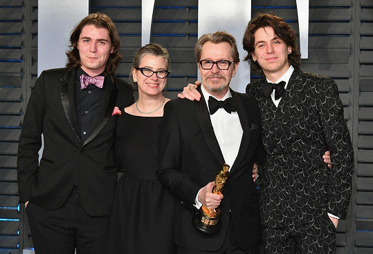 Charlie (vpravo) s bratrem Gulliverem, otcem Garym a jeho pátou manželkou Gisele Schmidt. V minulosti byl Oldman ženatý s Lesley Manville (1987-1989), s Umou Thurman (1990-1992), s Donyou Fiorentino (1997-2001) a s Alexandrou Edenborough (2008-2015).