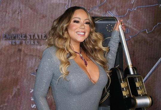 Mariah Carey na oslavě zaujala především hlubokým výstřihem.