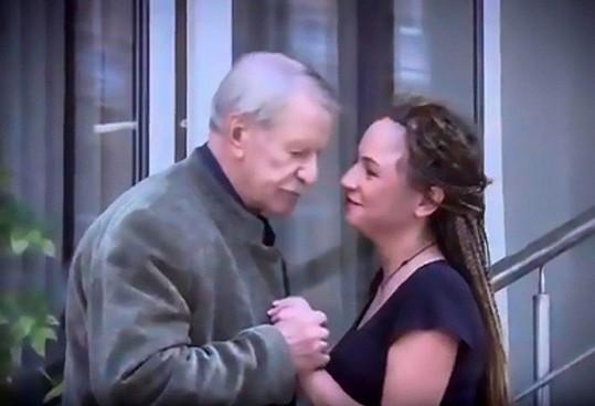 Zato sedmadvacetiletá Julia je pravým opakem a už se vidí jako Kraskova pátá manželka.
