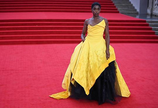 Dramatickou žlutou róbu od Vivienne Westwood vynesla Lashana Lynch.
