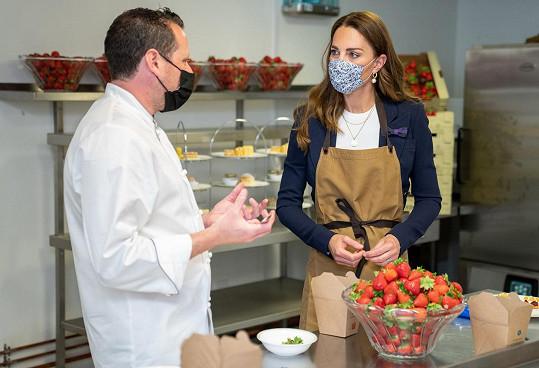 A v kuchyni na Wimbledonu dokonce pomáhala připravovat tradiční svačinu v podobě jahod se smetanou.
