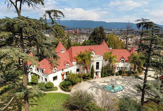Dům, ve kterém Phil Spector zastřelil herečku Lanu Clarkson, se po třech letech na trhu prodal.