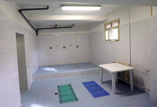 Sprchy a umývárna ve věznici.