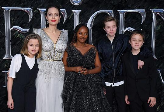 Angelina Jolie se svými dětmi (zleva): Vivienne (11), Zahara (14), Shiloh (13) a Knox (11)