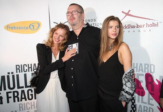 Tatínek Richard Müller Emu občas v Paříži navštíví. Většinou ale jezdí Ema na Slovensko.