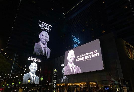 Lidé vzpomínají na tragicky zesnulého basketbalistu Kobeho Bryanta.