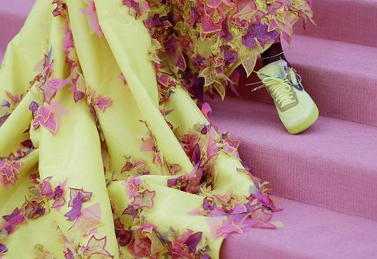 Ke zdobným šatům obula tenisová hvězda tenisky.