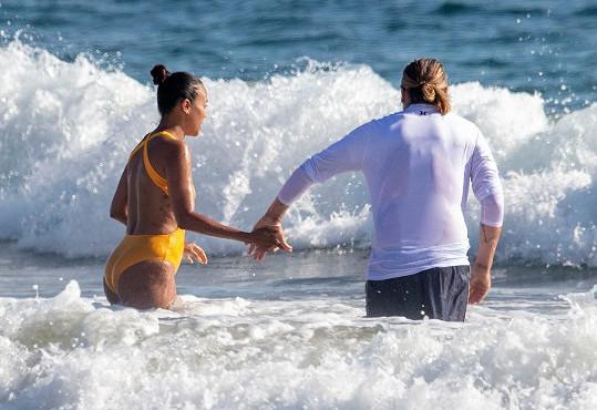 A užili si romantické chvilky ve vlnách.