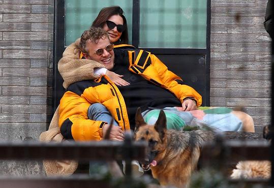 Dítě Ratajkowski čeká s hercem Sebastianem Bearem-McClardem, kterého si v únoru 2018 po několikaměsíční známosti vzala za muže.