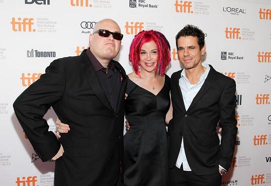 Lilly ještě jako Andy (vlevo) se sestrou Lanou a režisérem Tomem Tykwerem na premiéře Atlasu mraků (2012)