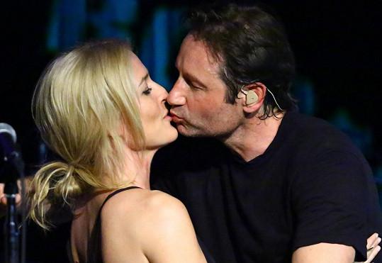 Na koncertě došlo i na polibek.