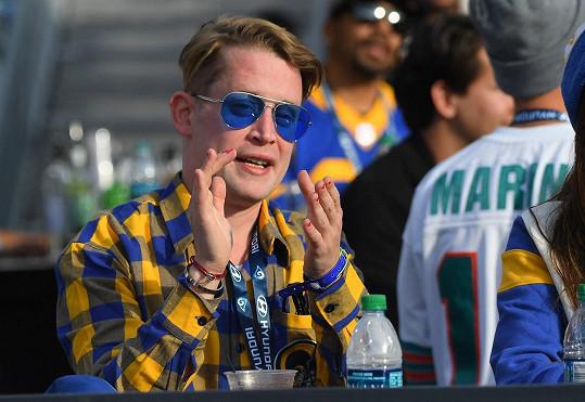 Macaulay se většinou drží spíš v ústraní.