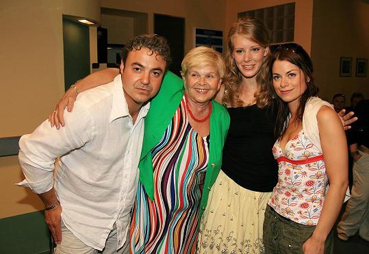 Rok 2007 a Anna s kolegy ze seriálu Velmi křehké vztahy: Martinem Zounarem, Ivankou Devátou a Hanou Holišovou