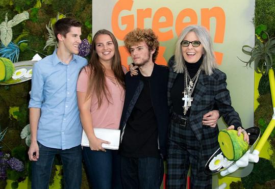 Děti si Keaton adoptovala až po padesátce. Na snímku se synem, dcerou a budoucím zetěm Jordanem (vlevo).