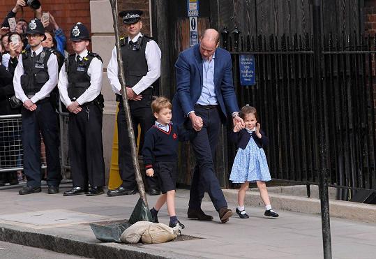 William s princeznou Charlotte a princem Georgem zamířil do porodnice.