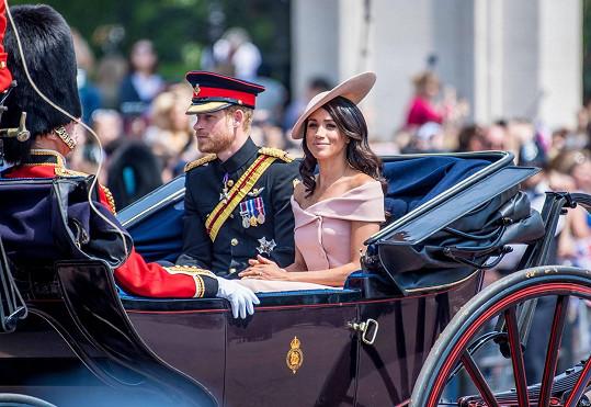 Meghan a Harry se rozhodli vzdát rolí v královské rodině ve prospěch klidnějšího života.