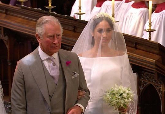 Meghan k oltáři přivedl princ Charles.