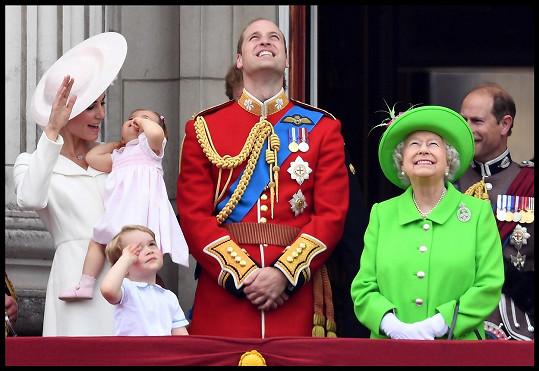 Slavnostní přehlídku k příležitosti svých narozenin si královna patřičně užívala z balkonu Buckinghamského paláce.