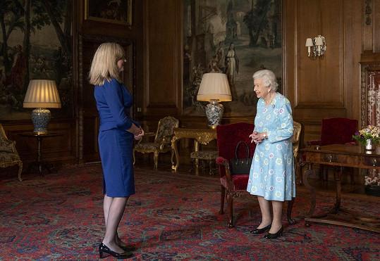 Na setkání s členkou skotského parlamentu Alison Johnstone zvolila královna světle modré šaty s květinovým vzorem.