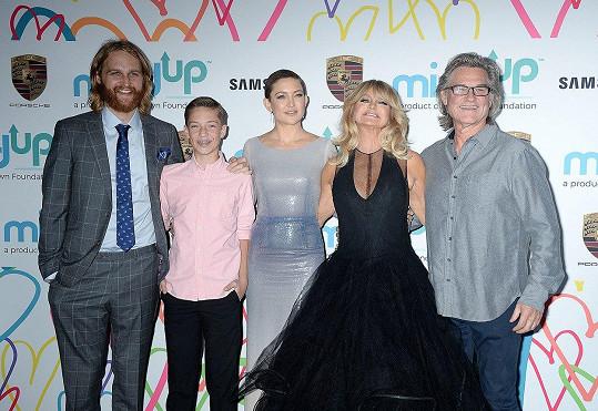 Rodinná sešlost: zleva Wyatt Russel, Ryder Robinson, Kate Hudson, Goldie Hawn a Kurt Russel