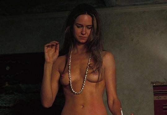 Katherine Waterston měla ve filmu Skrytá vada opravdu odvážnou roli.