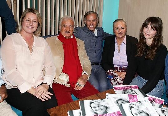 Zleva: Luana Tenca (manželka syna Paula), Jean-Paul, Paul Belmondo, Florence Belmondo a její dcera Anabelle.