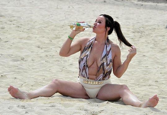 Lisa Appleton popíjela na pláži.