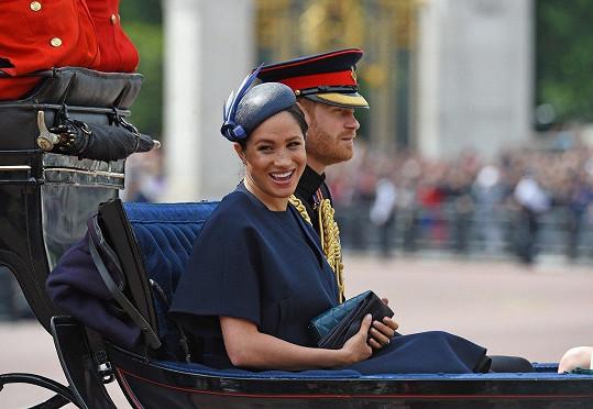 Pro Meghan šlo o první veřejnou událost od narození a představení syna Archieho. Zvolila tmavě modré šaty.