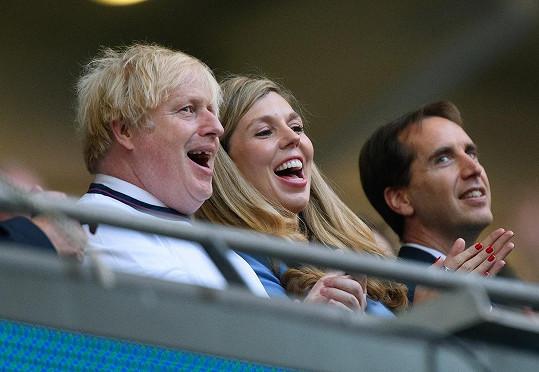 Britský premiér Boris Johnson a jeho manželka Carrie zápas hodně prožívali.