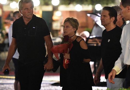 S manželem Jamesem Brolinem (75) se prošli ruku v ruce přístavem.