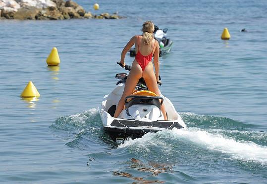 V moři střídala paddleboarding a jízdu na vodním skútru.