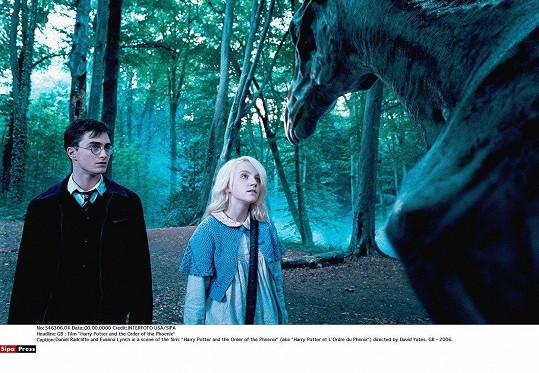 Evanna Lynch se proslavila ve filmech o Harrym Potterovi. Na snímku s představitelem hlavní role Danielem Radcliffem