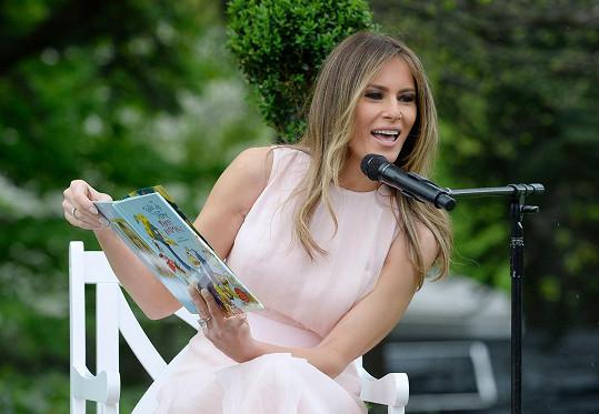 Melanie během programu četla dětem pohádky.