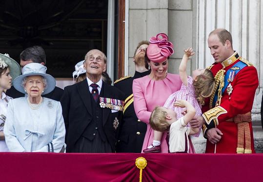 Přelet stíhaček vzbudil pozornost i těch nejmenších. Na fotce zleva královna Alžběta II., princ Philip, princ Harry, Kate s Charlotte a Georgem a William