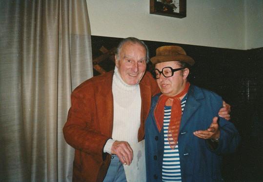 Raoul Schránil s imitátorem Aloisem Matouškem v roce 1998. Ještě v témže roce odešel do hereckého nebe.