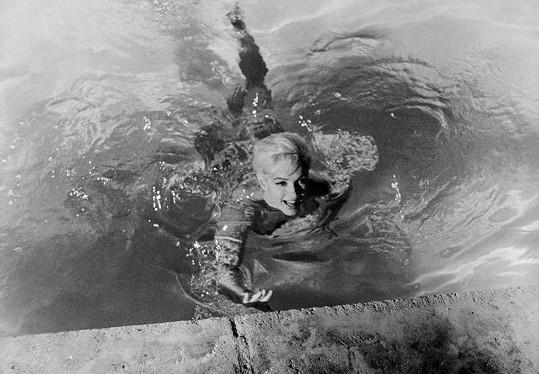 Marilyn Monroe byla při koupání kouzelná.